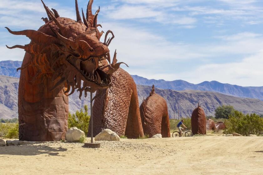 Un ciclista pasa por delante de una de las esculturas metálicas de Carlos Breceda en Borrego Springs