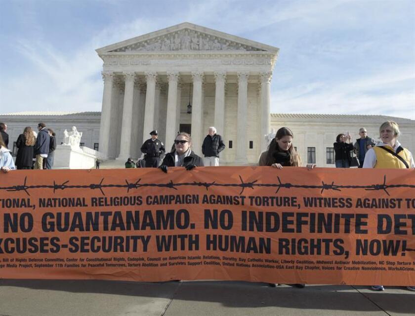 Miembros de Amnistía Internacional (AI) exigen hoy, miércoles 11 de enero de 2017, frente a la Corte Suprema en Washington, DC (EE.UU.), el cierre de la cárcel de Guantanamo (Cuba). El número de reos en la base de Estados Unidos en suelo cubano es de 55, lejos de los cerca de 800 que llegó a albergar tras su apertura en 2002 por orden del entonces presidente, el republicano George W. Bush, en respuesta a los atentados del 11 de septiembre de 2001. EFE