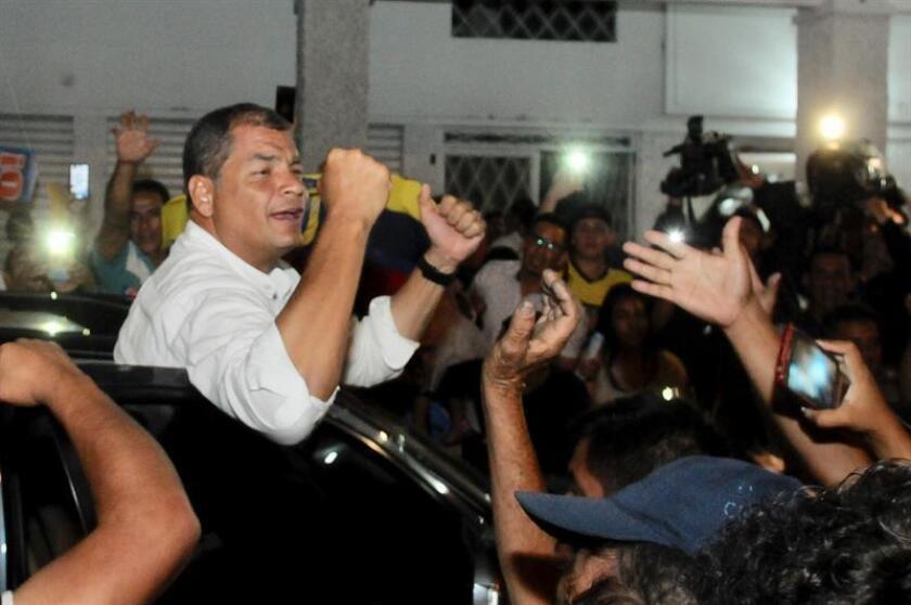 El expresidente de Ecuador Rafael Correa (i), uno de los mayores opositores a la consulta. EFE/Archivo