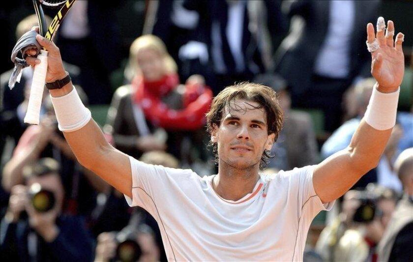 El tenista español Rafael Nadal celebra su victoria ante el japonés Kei Nishikori durante un partido de octavos de final de Roland Garros que disputaron en París, Francia, hoy, lunes 3 de junio de 2013. El español Rafael Nadal, siete veces campeón de Roland Garros, derrotó hoy en octavos de final a