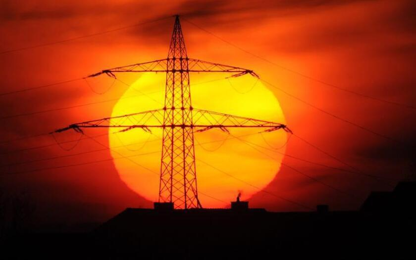 Una corriente de viento solar llegará mañana a la Tierra, fenómeno que posiblemente provoque afectaciones en las telecomunicaciones e incluso efectos naturales como auroras boreales, informó hoy la Universidad Nacional Autónoma de México (UNAM). EFE/ARCHIVO