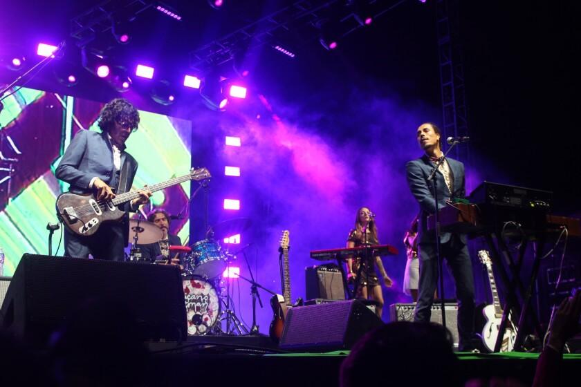 La banda local Chicano Batman dio la cara por la escena angelina en el escenario principal.
