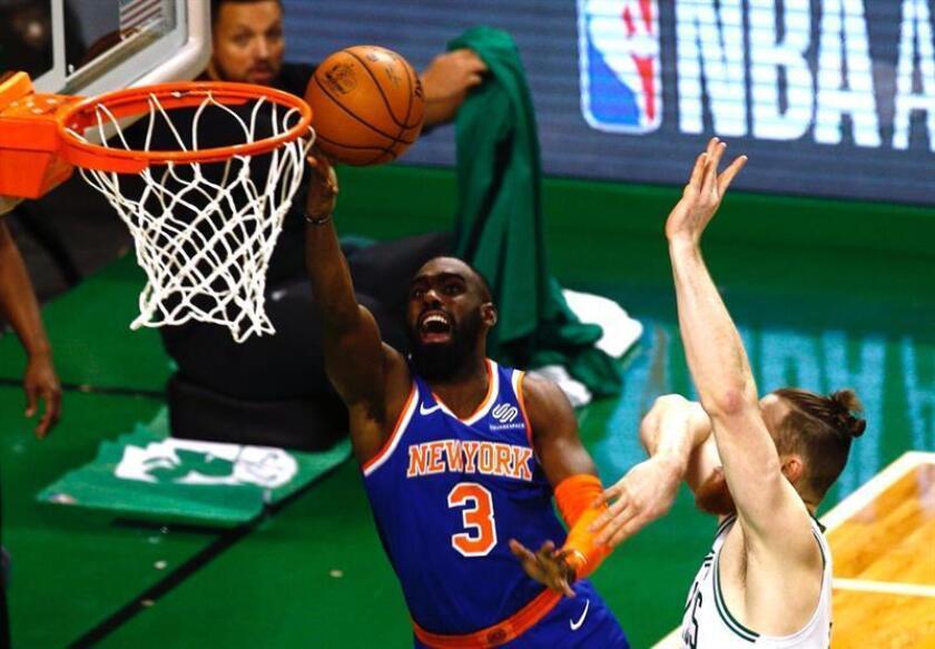 El centro Aron Baynes (d) de Celtics de Boston en acción ante el delantero Tim Hardaway Jr. (i) de New York Knicks durante un partido de baloncesto de la NBA disputado en el TD Garden de la ciudad de Boston, Massachusetts (EE.UU.). EFE