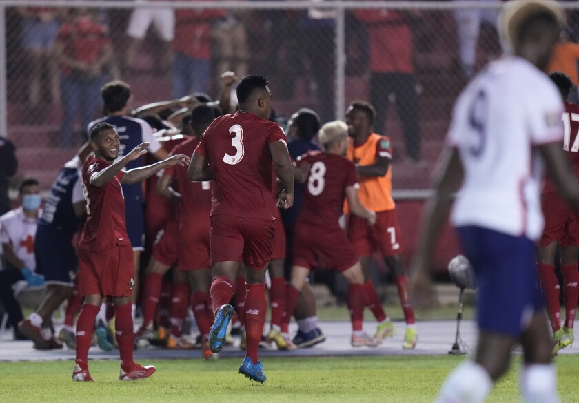Aníbal Godoy de Panamá celebra con sus compañeros tras anotar el primer gol de su equipo