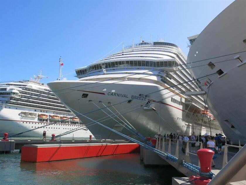 Fotografía en donde se observan grandes cruceros en los muelles del Viejo San Juan. EFE/Archivo