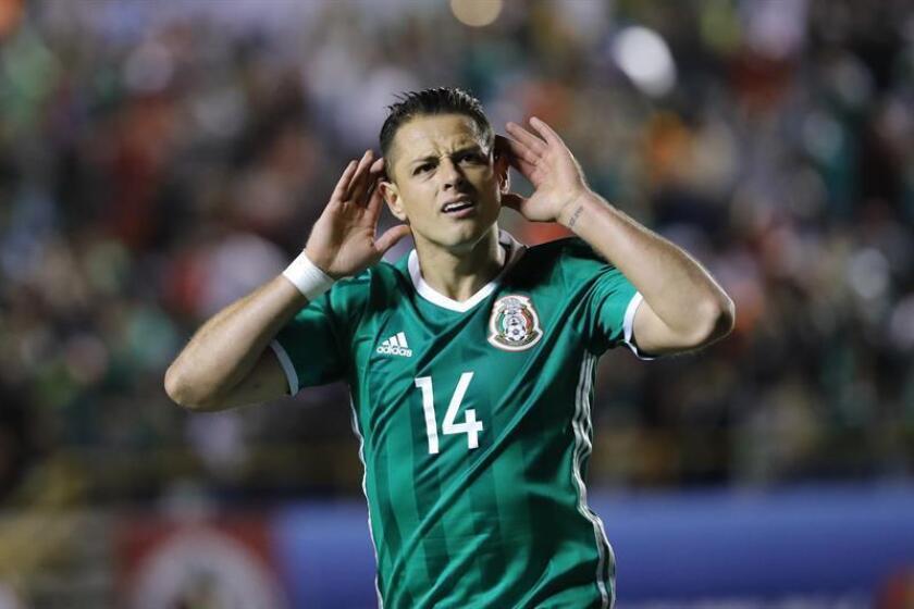 El jugador de México Javier Hernández celebra una anotación durante un partido de las eliminatorias de la Concacaf al Mundial de Rusia 2018. EFE/Archivo