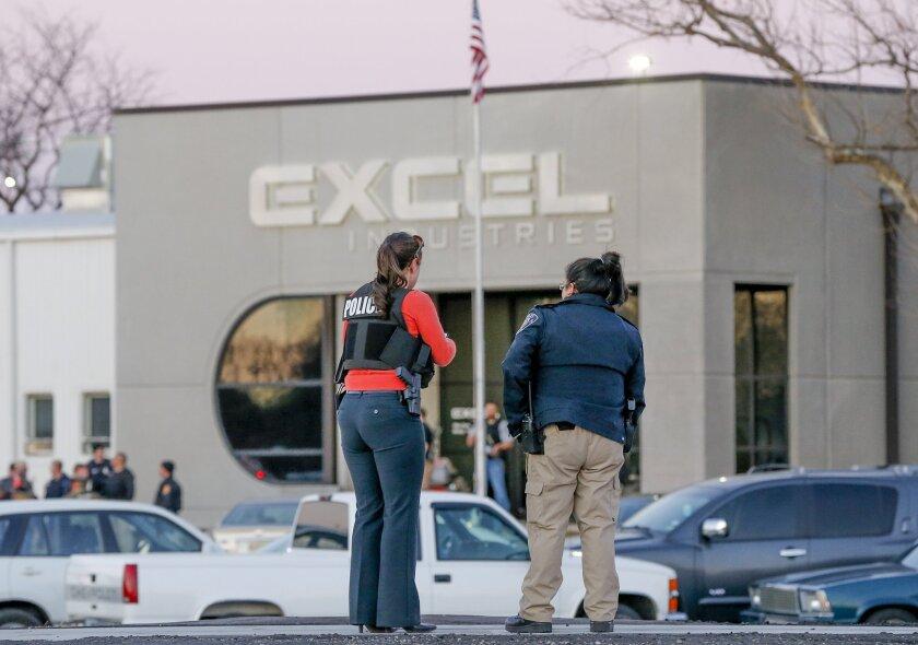 La policía vigila la puerta delantera de Excel Industries en Hesston, Kansas, 25 de febrero de 2016, donde un hombre mató a tiros a tres personas y dejó heridas a otras 15 antes de ser abatido por la policía. (Fernando Salazar/The Wichita Eagle via AP)