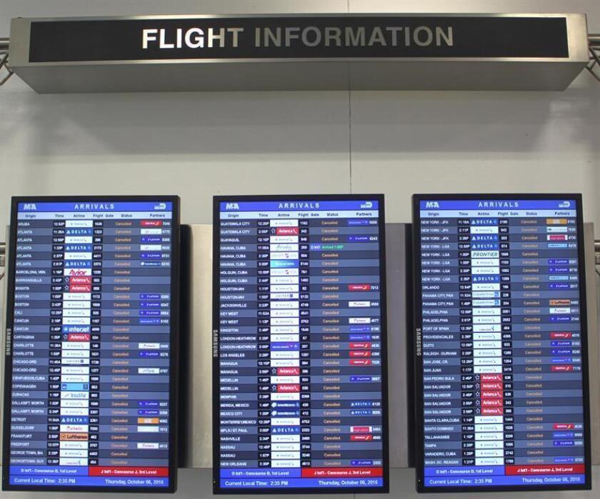 Vista del panel de llegadas y salidas del aeropuerto de Miami (Florida) que muestra el jueves 6 de octubre de 2016, todos los vuelos del día cancelados. EFE/Archivo