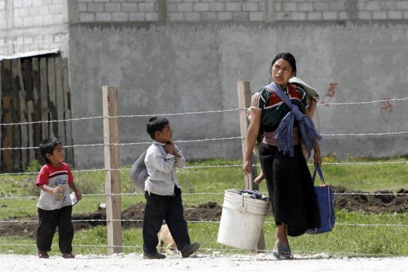 Niños indígenas de la etnia Tsotsil caminan junto a su madre, en San Cristóbal de las Casas, Chiapas (México). EFE/Archivo