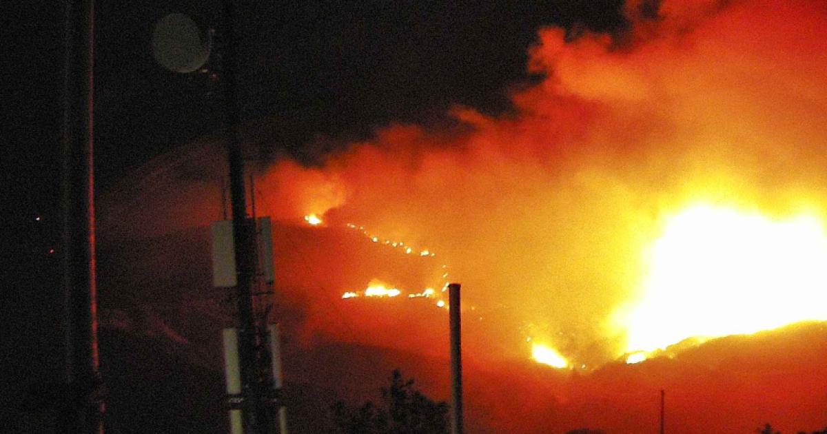 Große, sich schnell bewegende wildfire explodiert in Sonoma County, woraufhin Evakuierungen