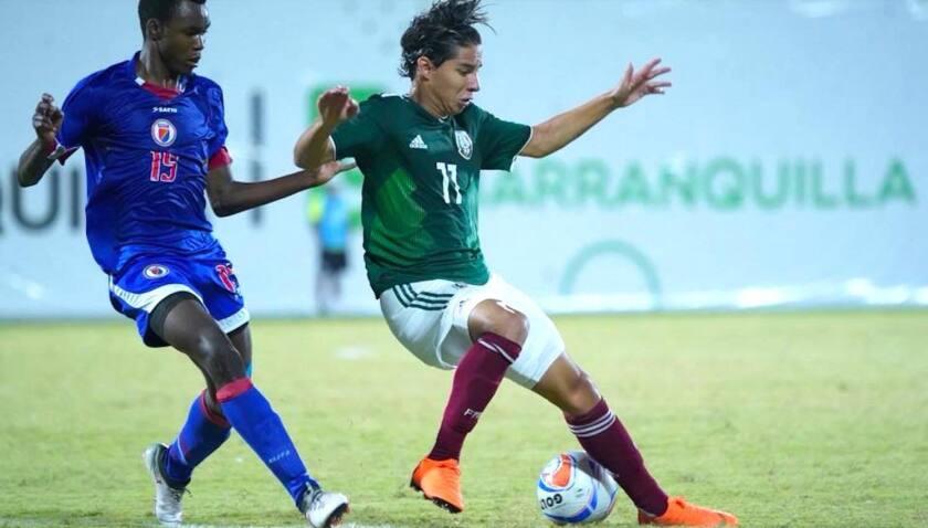 Diego Lainez (d) intenta controlar un balón en un ataque del equipo mexicano sobre Haití.