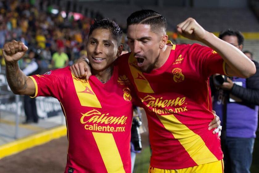 El jugador de Morelia Raúl Ruidíaz (i) festeja una anotación con su compañero de equipo Diego Valdés (d), ante Lobos Buap hoy, viernes 16 de febrero de 2018, durante un juego de la jornada 8 del torneo mexicano de fútbol celebrado en el estadio Morelos de la ciudad de Morelia (México). EFE