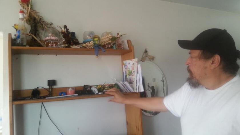 Inquilino muestra los problemas de su apartamento y que su arrendatario no ha reparado.