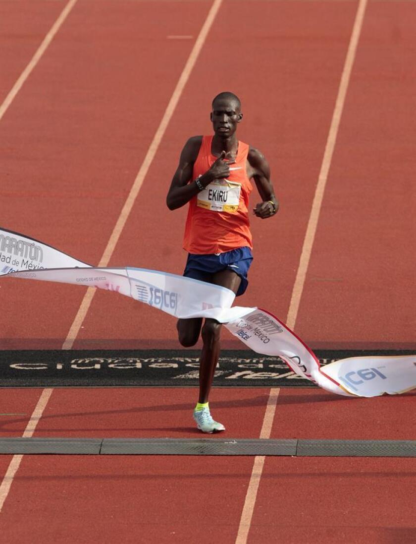 El atleta Keniano Titus Ekiru gana el primer lugar en la carrera internacional del Maratón de la Ciudad de México Telcel 2018 con una ruta de 42 kilómetros hoy, domingo 26 de junio de 2018, iniciando en el Zócalo y finaliza en el Centro Olímpico Universitario de Ciudad de México (México). EFE