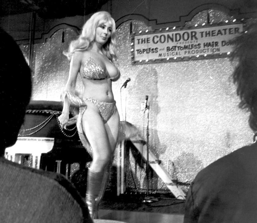 En esta fotografía del 21 de septiembre de 1978, Carol Doda presenta su espectáculo en el Teatro Condor en San Francisco.