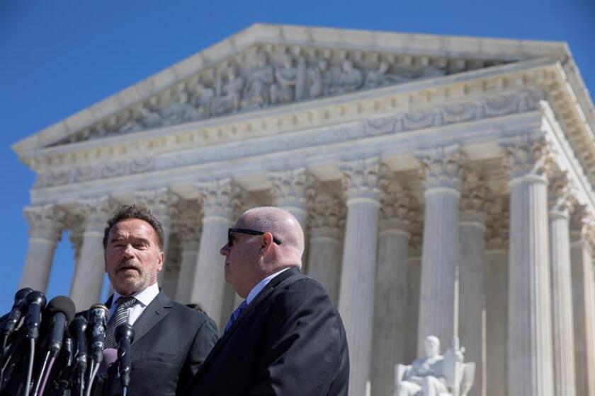 Los exgobernadores republicanos de California, Arnold Schwarzenegger (i), y Maryland, Larry Hogan (d), ofrecen una rueda de prensa frente a la Corte Suprema de Estados Unidos, este martes en Washington. EFE