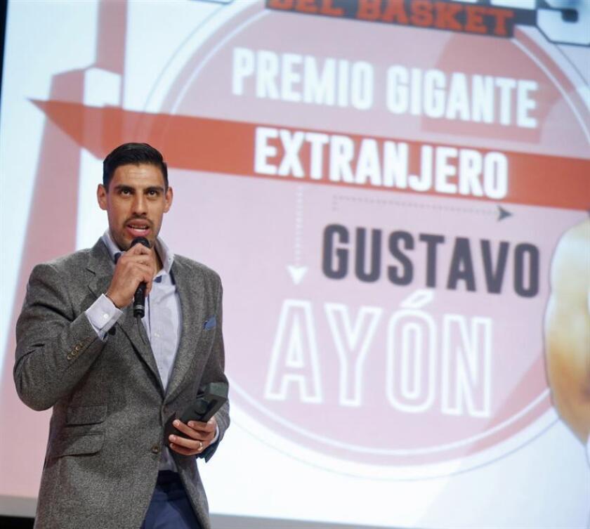 El ala-pívot mexicano del Real Madrid Gustavo Ayón recibe el galardón al mejor jugador extranjero, durante la gala de la XXIX edición de los Premios Gigantes que se celebra hoy en la sede de Endesa en Madrid. EFE