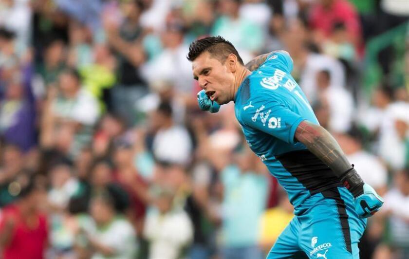 El portero del Santos Laguna, Jonathan Orozco, aseguró hoy que su equipo buscará arrancarle tres puntos al América en su estadio, el Azteca, mañana en la decimoséptima jornada del torneo Clausura 2018 del fútbol mexicano. EFE/ARCHIVO