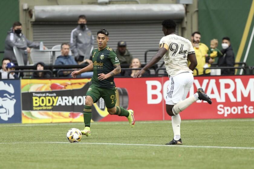 El delantero de los Timbers de Portland, el chileno Felipe Mora, izquierda,