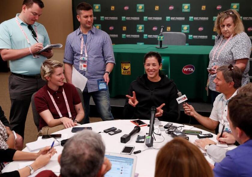 La española Garbine Muguruza sonríe a los reportero hoy, miércoles 7 de marzo de 2018, durante una mesa redonda con la prensa en el Torneo de Indian Wells, en California (EE.UU.). EFE