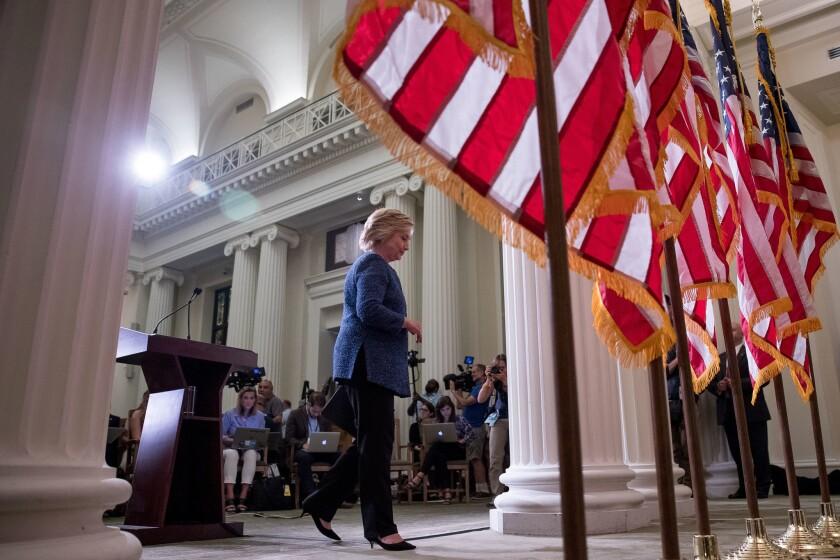 La candidata presidencial demócrata Hillary Clinton se aleja del podio después de leer un comunicado a los medios de comunicación en Nueva York. (AP Foto/Andrew Harnik)