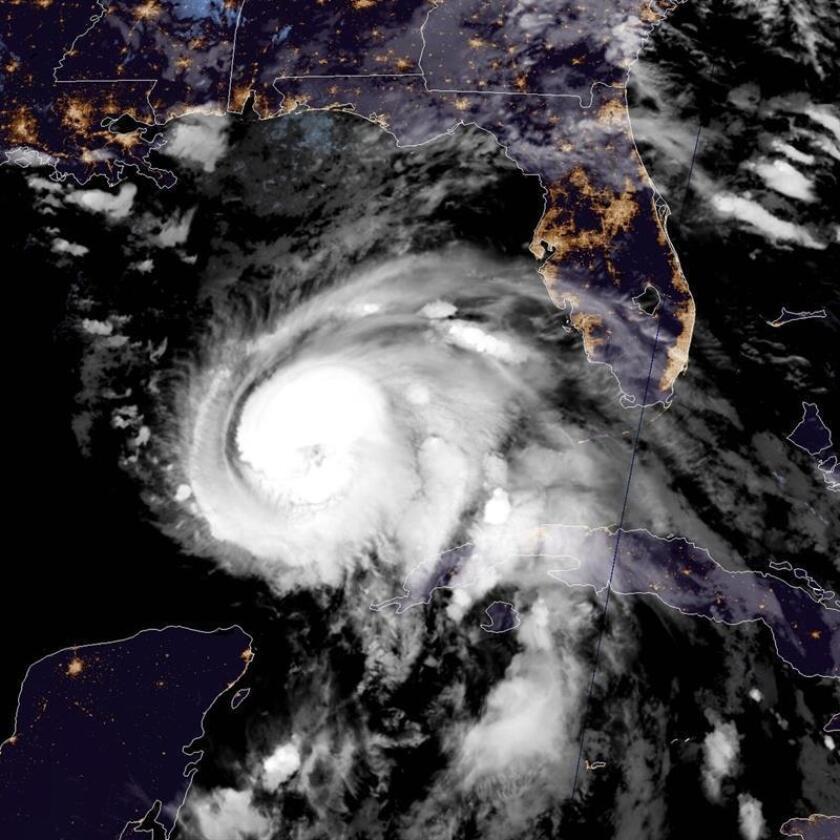 Imagen cedida hoy, martes 9 de octubre de 2018, por el Centro Nacional de Huracanes (NHC) que muestra el ojo del huracán Michael el cual subió hoy a categoría 2 y se pronostica tocará tierra mañana como huracán de categoría 3 (de una escala de 5) en la costa oeste de Florida, una zona que hace décadas que no se ve amenazada por un ciclón tan potente. EFE/Cortesía NHC