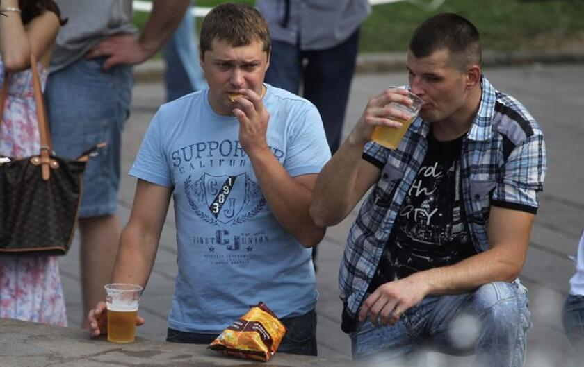 """El consumo de alcohol fue el causante de la muerte de 3 millones de personas en el mundo durante el año 2016, reveló hoy un estudio de la Universidad de Washington en Seattle que advierte que """"ningún nivel de consumo de alcohol es seguro"""". EFE/ARCHIVO"""