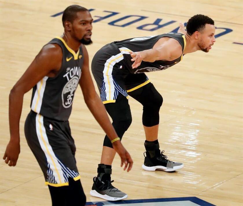 El jugador de los Golden State Warriors, Stephen Curry (d). EFE/Archivo