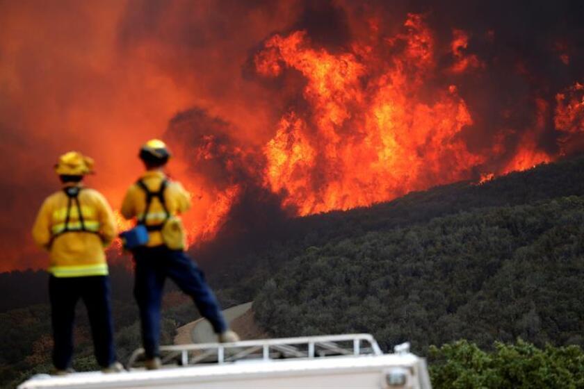 Bomberos observan la ladera de una colina en llamas en Lakeport, California (EE.UU.) EFE/Archivo
