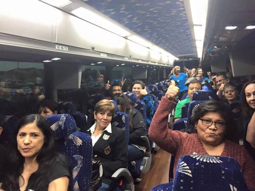 Más de 300 trabajadores, muchos de ellos hispanos, partieron ayer de Los Ángeles, en California, hacia las Vegas, en Nevada, para apoyar la campaña de la candidata demócrata, Hillary Clinton.