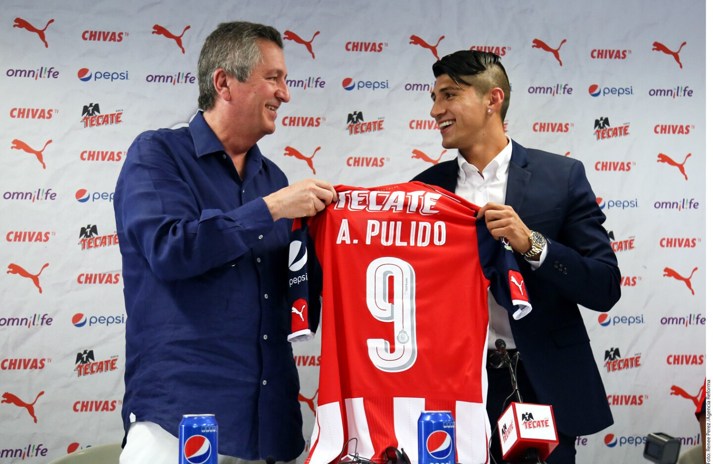 Presentan a Alan Pulido
