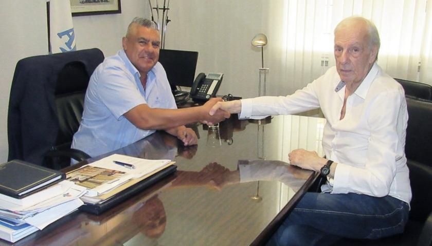 César Luis Menotti (d) con el presidente de la AFA, Claudio Tapia, en el anuncio del acuerdo oficial.