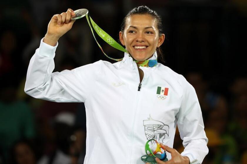 María Espinoza de México posa con la medalla de plata de taekwondo femenino + 67Kg en los Juegos Olímpicos Río 2016, en Río de Janeiro (Brasil). EFE/Archivo