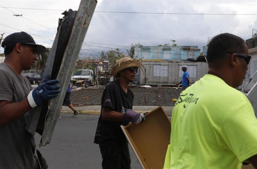 Empleados del municipio recogen escombros dejados por el paso del huracán María. EFE/ARCHIVO