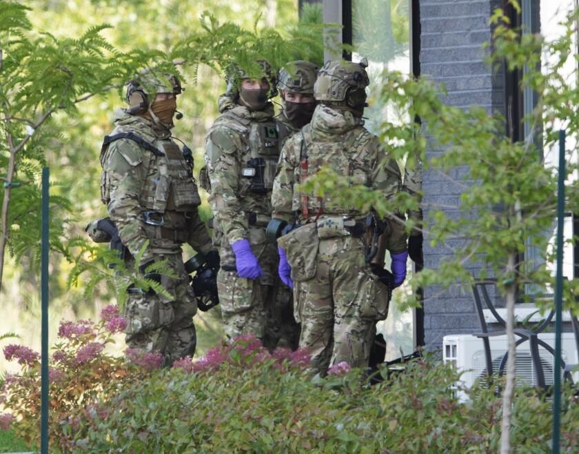 Agentes de la Real Policía Montada de Canadá ingresan a un complejo de apartamentos