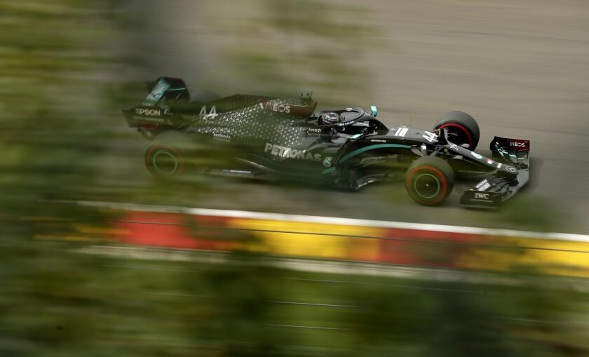 El piloto británico de Mercedes Lewis Hamilton conduce su monoplaza en la segunda práctica