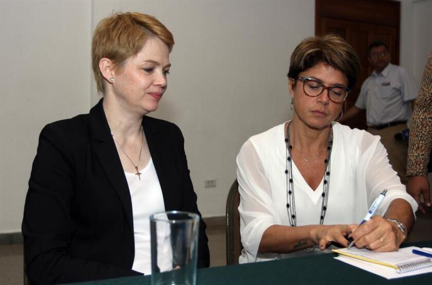 Fabienne Belle (i) y Mara Paiva (d), presidenta y vicepresidenta, respectivamente, de la Asociación de Familiares y Amigos de las Víctimas del Vuelo de Chapecoense (AFAV-C) el 4 de octubre de 2018, en Santa Cruz (Bolivia). EFE/Archivo