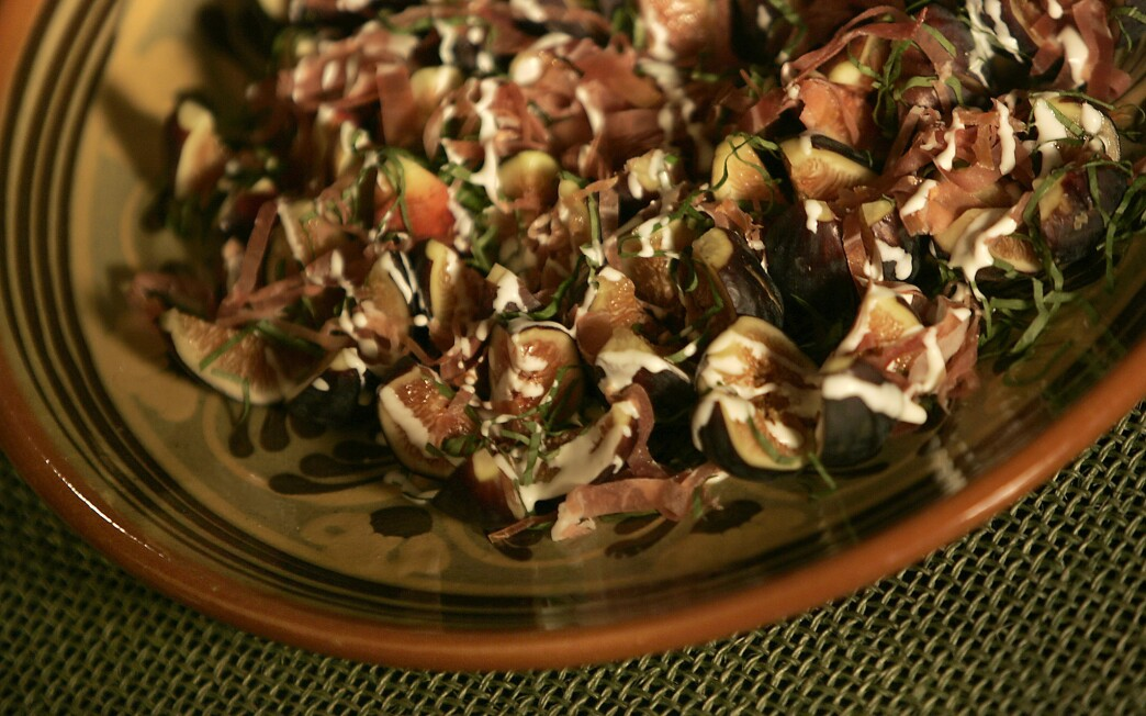 Fig salad with prosciutto and basil