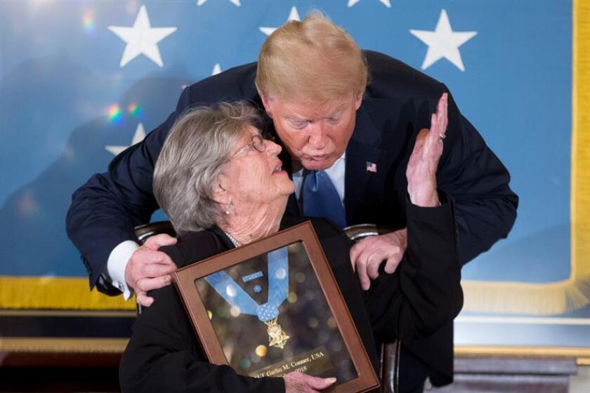 El presidente estadounidense Donald Trump (d) entrega la Medalla de Honor a la viuda del teniente primero del Ejército de Estados Unidos Garlin Conner, Pauline Conner (i), por las acciones realizadas el 24 de enero de 1945 por su esposo, a quien se le otorgó la condecoración militar más alta de la nación, en el Salón Este de la Casa Blanca en Washington, DC, (Estados Unidos) hoy, martes 26 de junio de 2018. EFE