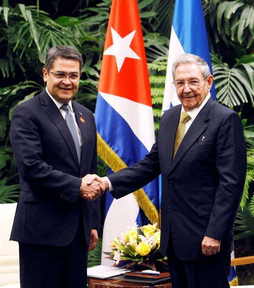 El presidente de Honduras, Juan Orlando Hernández, inició hoy una visita oficial a Cuba que busca ampliar los lazos económicos con la isla, un objetivo hacia el que ambos países avanzaron con la firma de acuerdos que allanen el camino a un eventual acuerdo comercial el año que viene.