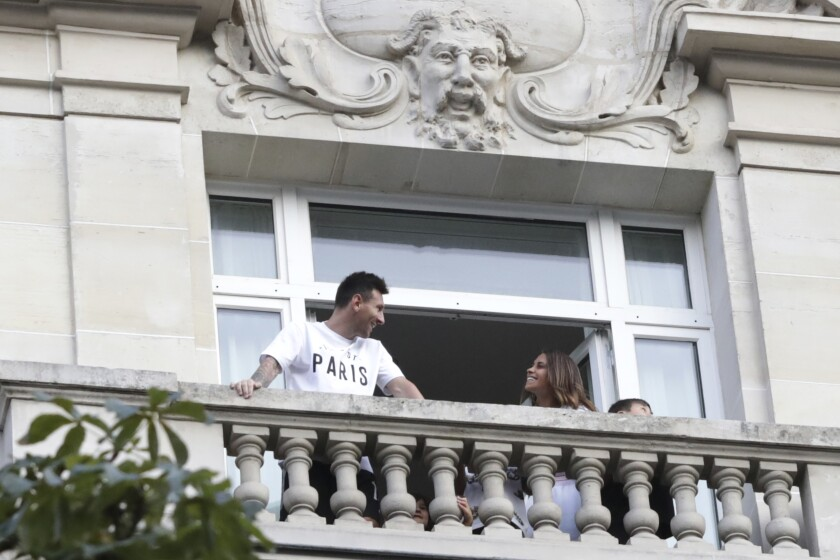 Lionel Messi saluda al arribar al aeropuerto Le Bourget,