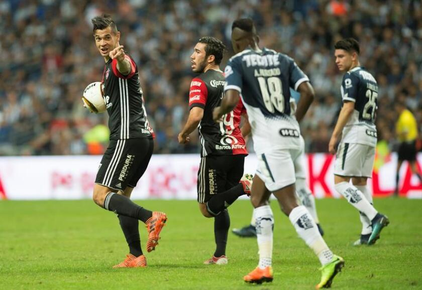 Milton Caraglio (i) de Atlas de Guadalajara celebra un gol. EFE/Archivo
