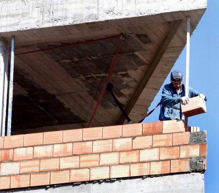 Un obrero trabaja en la construcción de una vivienda. EFE/Archivo