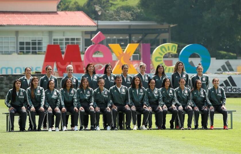 La selección mexicana de fútbol femenino posa hoy, miércoles 26 de septiembre de 2018, en Ciudad de México (México). El técnico de la selección femenina de fútbol de México, Roberto Medina, presentó hoy a las convocadas que participarán en el Campeonato Femenino de la CONCACAF clasificatorio a la Copa Mundial de Francia 2019. EFE
