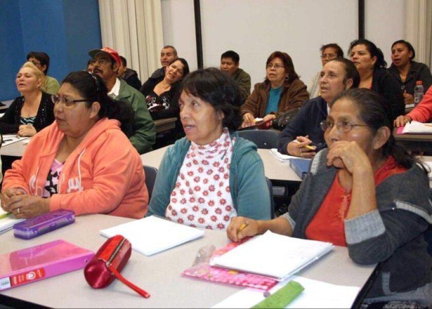 Foto de archivo de inmigrantes tratando de aprender un segundo idioma.