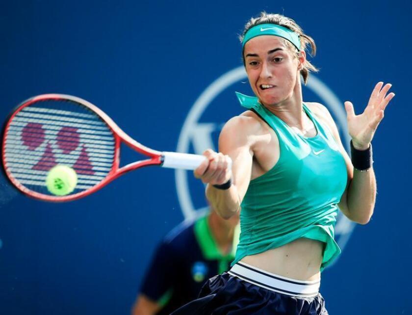 Caroline García de Francia devuelve una bola a Victoria Azarenka de Bielorrusia hoy, martes 14 de agosto de 2018, durante un partido del Masters de Cincinnati en el Centro de Tenis Family en Mason (EE.UU.). EFE