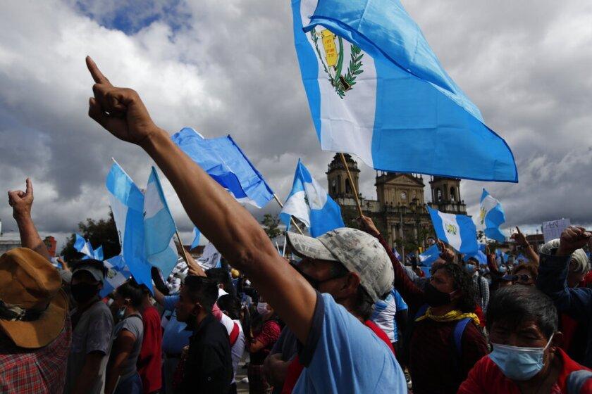 Manifestantes se reúnen frente al Congreso en la Ciudad de Guatemala, sábado 21 de noviembre de 2020.