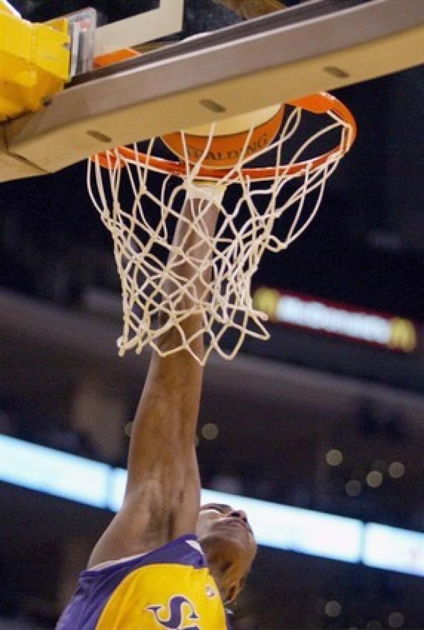 Lisa Leslie finishes off the first dunk in WNBA history.