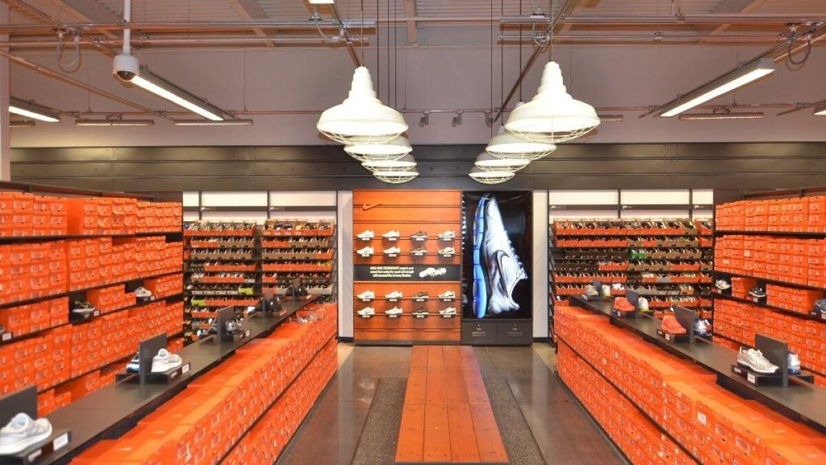 cortar Renacimiento Varios  Nike store shows off new look; free gifts this weekend - The San Diego  Union-Tribune