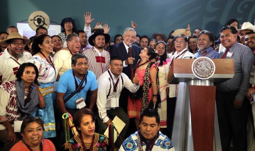 Fotografía cedida por la Presidencia de México muestra a representantes de pueblos indígenas y del pueblo afromexicano durante un encuentro con el presidente de México, Andrés Manuel López Obrador (c), este viernes, en Durango (México). EFE/ Presidencia México SOLO USO EDITORIAL